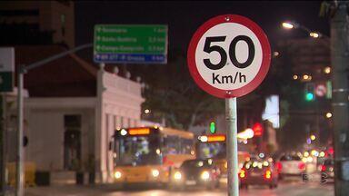 Motoristas e pedestres reclamam da alta velocidade em ruas de Curitiba - Na Avenida Batel, o limite de velocidade baixou depois de acidente onde três pessoas ficaram feridas.