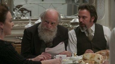 Aurélio se envergonha do Barão durante o café na casa de Julieta - Charlotte ri da situação e diz que Julieta terá um alívio quando o Barão for embora