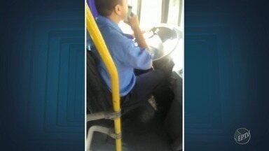 Motorista de ônibus é flagrado mandando mensagem pelo celular em Campinas - O homem tira as duas mãos do volante enquanto dirige.