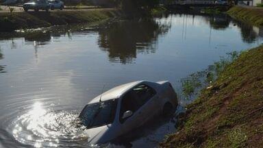 Motorista perde controle de carro e cai em canal em Macapá; ninguém ficou ferido - Acidente foi na tarde desta sexta-feira (27) no Canal do Beirol, na Zona Sul.