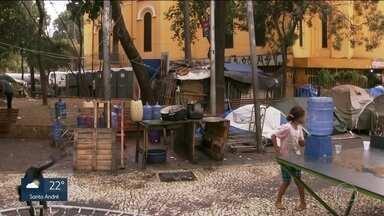 Prefeitura dá prazo até 10 de agosto para famílias deixarem praça no Largo do Paissandu - São dezenas de pessoas que não comprovaram para a prefeitura da capital a ligação com o prédio que desabou no Largo do Paissandu. A tragédia completa três meses esta semana.
