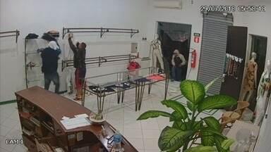Bando furta R$ 70 mil em roupas de loja no Jardim Sumaré em Ribeirão Preto - Crime foi registrado por câmeras de segurança na madrugada de domingo (29).