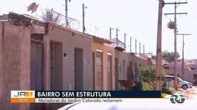 Moradores reclamam da falta de segurança e infraestrutura no Jardim Colorado - Casas precisaram reforçar segurança com cercas elétricas para evitar invasões de criminosos.