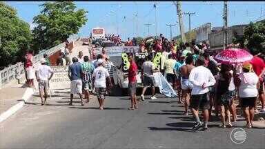 Moradores de Parnaíba interditam ponte e protestam pedindo conclusão da obraa - Moradores de Parnaíba interditam ponte e protestam pedindo conclusão da obraa