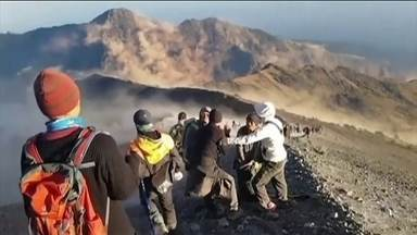 Equipes de resgate tentam retirar turistas isolados na encosta de vulcão, na Indonésia - O lugar foi atingido por um terremoto no domingo (29), que deixou 16 mortos. Cem homens do Exército e da policia estão trabalhado no resgate. Cinco mil pessoas perderam suas casas e levadas para abrigos.