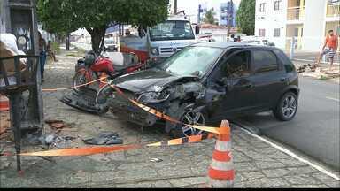 Carro fica destruído depois de colidir com poste em João Pessoa - Não há informações de quem estaria dirigindo. Dono do veículo diz que foi sequestrado e suspeitos provocaram acidente.