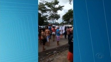 Famílias de detentos do presídio Baldomero Cavalvanti saem em caminhada durante protesto - Grupo se concentrou em frente ao Hospital Universitário.
