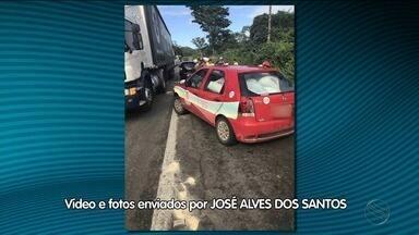 Caminhão tomba e veículo de prefeitura é flagrado levando carga - Veículo pertence a prefeitura do município de Santa Luzia do Itanhy (SE), que disse já ter afastado servidor envolvido e vai apurar o caso.