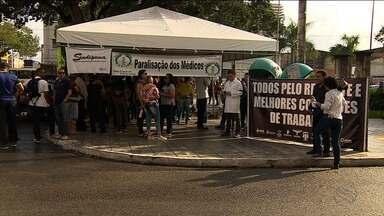 Onze categorias de servidores públicos municipais entram em greve por 48 horas - Alguns servidores já estavam parados, como é o caso dos médicos. Hoje, eles realizaram um protesto no Centro de Aracaju.