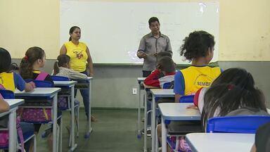 Após meses sem aula, os alunos da escola Deigmar voltaram para a sala de aula - Depois de quase seis meses longe da escola, mais de 300 crianças voltam a estudar.