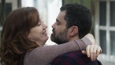 Rafael propõe unir sua família à de Gabriela - Ele acredita que Márcio vai se sentir mais próximo se todos morarem juntos