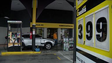 Postos de combustíveis estão vendendo gasolina em Curitiba abaixo de R$4 - O motorista que precisou abastecer, teve uma boa surpresa.