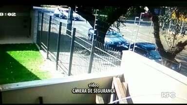 Motociclista fica gravemente ferido ao bater em carro que cruzou a preferencial - Acidente foi na avenida Brasil com a rua Arapongas