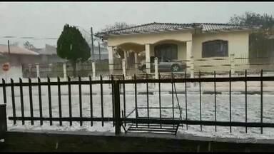 Chuva de granizo danifica casas em Sengés - Defesa Civil está verificando os danos e recursos para recuperar os estragos provocados pelo temporal.