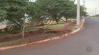 Vazamento de água limpa é consertado na zona norte de Ribeirão Preto - Problema foi registrado por moradores próximo ao Parque Tom Jobim.
