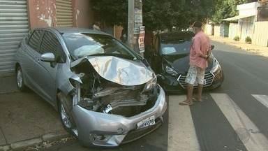Acidente deixa duas pessoas feridas na Vila Virgínia em Ribeirão Preto, SP - Colisão foi no cruzamento das ruas Cardeal Arcoverde e Abílio Sampaio.