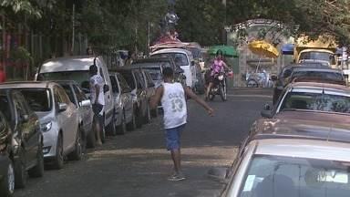 Motoristas estacionam em lugar proibido e atrapalham quem mora perto do Bosque em Ribeirão - Moradores pedem solução das autoridades para acabar com a confusão.