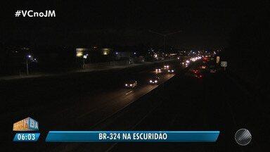 Motoristas e moradores reclamam de escuridão em trecho urbano da BR-324 - A reportagem foi ao local conferir o problema. Envie sua denúncia para jm@redebahia.com.br.