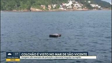 Colchão é encontrado boiando no mar de São Vicente - Moradores e turistas se depararam com lixo inusitado no mar da Praia dos Milionários.