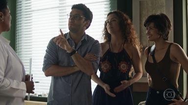 Maura realiza a inseminação artificial com o apoio de Ionan - Selma se incomoda com a presença do policial