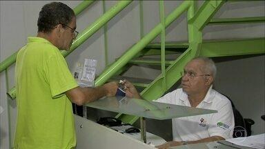 """Aumenta o número de brasileiros que recorrem aos """"bicos"""" - Num quadro de desemprego elevado, o """"bico"""" é o recurso de muita gente pra conseguir se manter. E dele não escapa nem quem tem carteira assinada."""