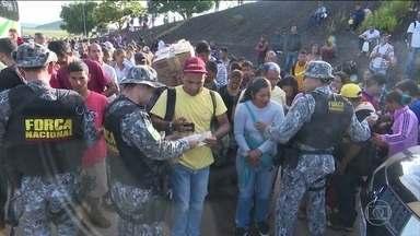 Justiça libera a entrada de venezuelanos pela fronteira com Roraima - O bloqueio no fim da tarde de segunda-feira (6) foi em cumprimento a liminar do juiz Helder Girão Barreto da 1ª Vara Federal de Roraima que proibiu a entrada de mais imigrantes.