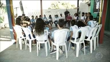 Projeto em Fortaleza aproxima comunidade com rodas de conversa - A principal arma contra a violência é o diálogo. Em 33 anos, o Criança Esperança já ajudou 4 milhões de crianças e adolescentes.