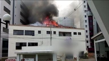 Incêndio destrói parte de um prédio no Água Verde - Moradores acordaram assustados com o fogo.