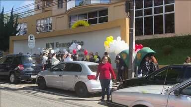 """Funcionários do Evangélico fazem um protesto em apoio ao hospital - A Campanha """"Abrace o Evangélico"""" é para ajudar o hospital que passa por sérios problemas financeiros."""