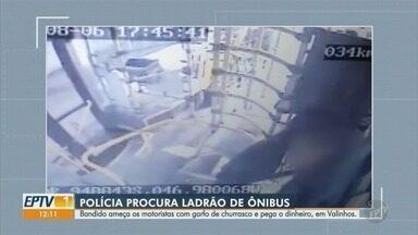 Polícia procura homem suspeito por pelo menos quatro assaltos a ônibus em Valinhos - Veja as imagens das câmeras de segurança que flagraram a ação do homem.