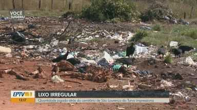 Lixo acumulado atrás de cemitério gera transtornos em distrito de Matão, SP - Sacolas plásticas, colchão, entulho e até animais mortos são encontrados no terreno em São Lourenço do Turvo.