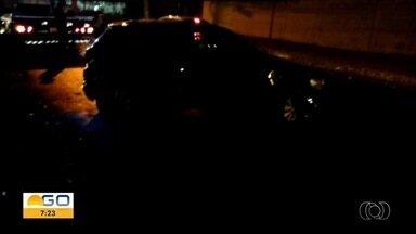 Casal fica ferido supostamente após derrapar em jamelões, em Goiânia - Acidente é investigado pela Polícia Civil.