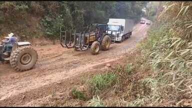 Caminhão é guinchado em estrada coberta de lama em Mairinque - A Prefeitura de Mairinque (SP) aproveitou os dias sem chuva e colocou cascalho para ajudar os veículos a passarem pela estrada que liga a cidade a três bairros e a penitenciária da cidade. Mas voltou a chover e a estrada ficou coberta de lama mais uma vez. Um caminhão precisou ser puxado por dois tratores.