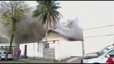 Incêndio atinge casa em Cubatão - Mulher estava com filho no imóvel, mas ambos conseguiram sair sem ferimentos.