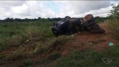 Caminhão-tanque capota após motorista tentar desviar de boi solto em estrada para Pontal - Acidente aconteceu na estrada que dá acesso a Pontal do Ipiranga, em Linhares.