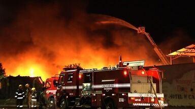 Incêndio destrói galpão de reciclagem em Goiânia - Bombeiros apuram as causas do fogo.