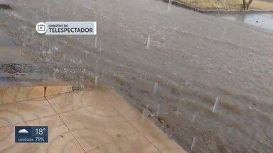 Depois de 81 dias, volta a chover em várias regiões do DF - Em Taguatinga, a chuva veio com ventos fortes. No Sol Nascente, algumas ruas ficaram alagadas. E em Vicente Pires teve até granizo.