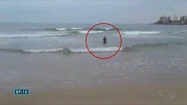 Três jovens são resgatados do mar em Guarapari, no ES - Eles estavam se afogando, mas conseguiram se salvar.
