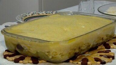 Bacalhau com purê de batata leva azeitonas e pode ser servido com salada - Quem ensina o prato é o encanador João Lourenço Pinto, de Presidente Prudente.