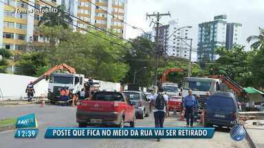 Coelba retira poste que fica no meio da rua do bairro do Imbuí, em Salvador - Os motoristas que transitam pelo local reclamam do trânsito causado pelo equipamento.