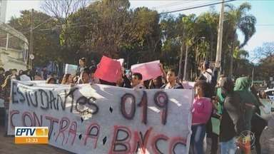 Estudantes do ensino médio de Campinas protestam contra a mudança da base curricular - Os alunos se concentraram na Escola Estadual Francisco Glicério, na Avenida Dr. Moraes Sales.