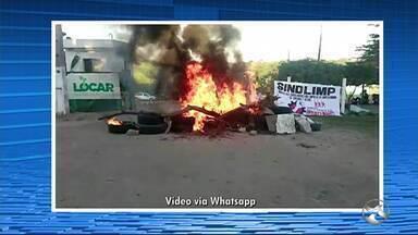 Funcionários da limpeza de Caruaru realizam protesto nesta sexta-feira (10) - Manifestação iniciou em frente da Locar.