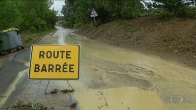 Enchentes na França transformam estradas em rios - Depois de semanas de calor, regiões central e sul do país sofrem com tempestades que provocaram enchentes. Uma pessoa está desaparecida.