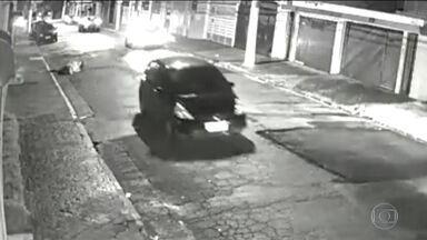 Uma ação desesperada de uma mulher vítima de estupro chocou milhões de brasileiros - A mulher se jogou para fora de um carro em movimento. No ano passado 60 mil mulheres foram estupradas no país.