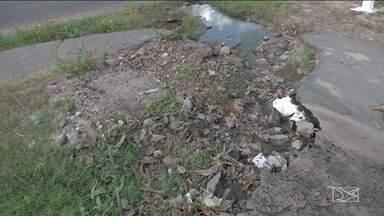 Moradores reclamam da falta de infraestrutura em bairro de Caxias - As ruas do bairro João Viana estão tomadas por buracos, além de esgotos das casas que escorrem livremente.