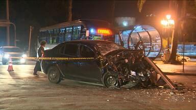 Homem morre ao bater em ônibus - Acidente foi no centro de Curitiba.