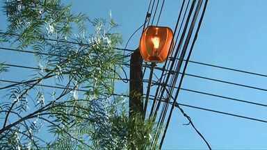 Paraná TV traz resposta sobre lâmpadas acesas durante o dia, em Cascavel - Telespectadores mandaram mensagem reclamando de lâmpadas acesas o dia todo.
