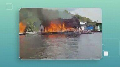 Flutuante e barco no Rio Negro são destruídos durante incêndio - hamas iniciaram em ar-condicionado de casa flutuante, na tarde desta terça-feira (13).