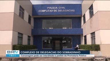 MP recomenda interdição de carceragem do complexo de delegacias de Feira de Santana - Problemas como superlotação e falta de segurança foram apontados em ação civil enviada pela promotoria para a justiça.
