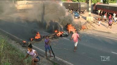 Moradores realizam manifestação na BR-135 em São Luís - Manifestantes reivindicaram mais segurança no bairro Vila Funil, o protesto provocou congestionamento no início da manhã na rodovia.